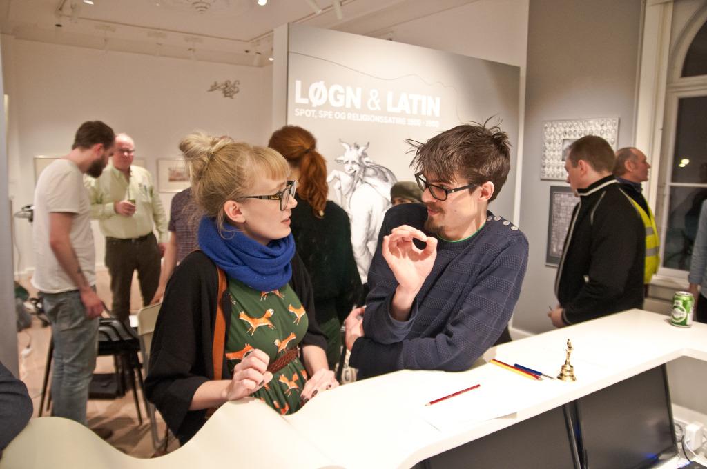 Formand Stine Spedsbjerg i samtale på sidste års generalforsamling på Storm P.-museet.